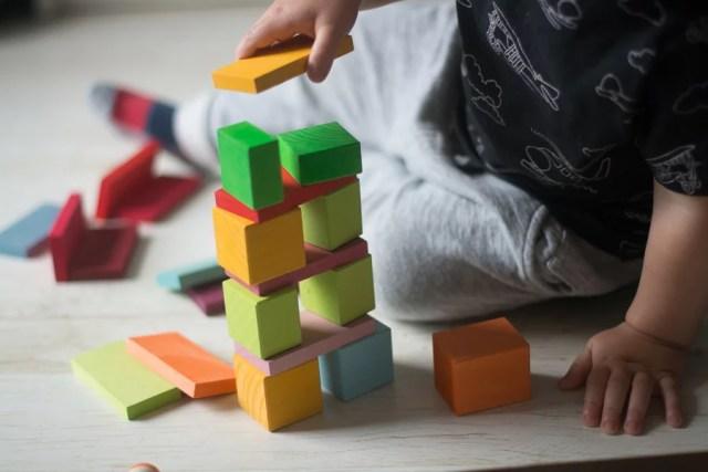 dziecko w zabawie klockami Prezent dla 2 latka