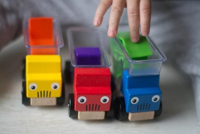 kolorowe zabawkowe auta