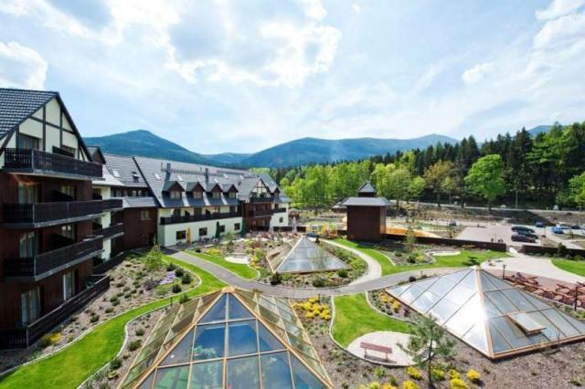 Sandra Spa Karpacz - panorama na hotel i góry
