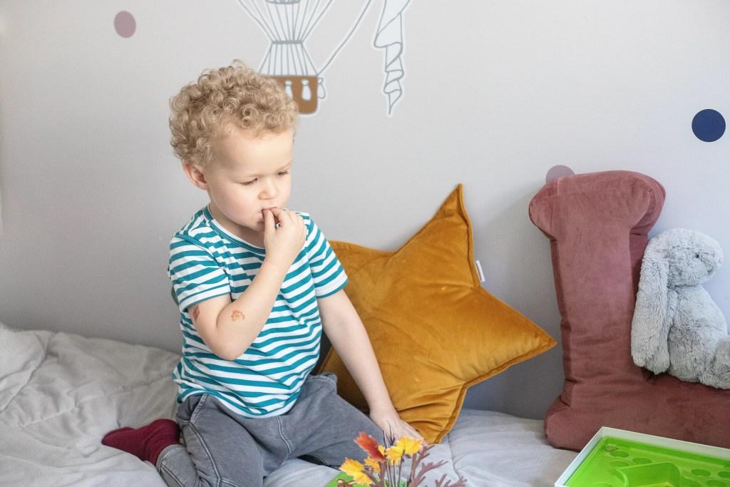 dziecko próbuje - gra dla dzieci