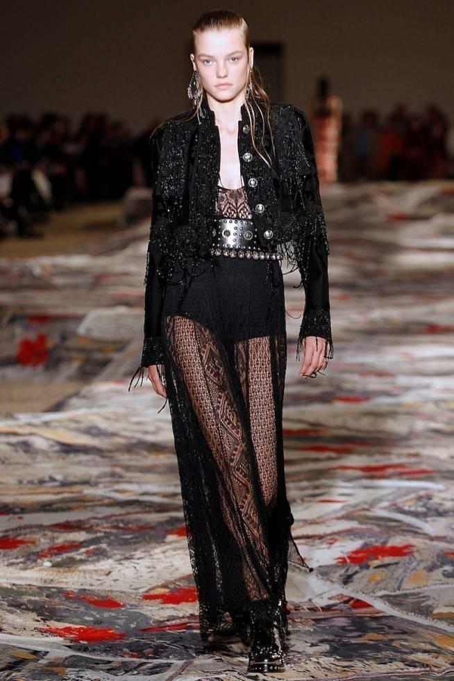 Necessaire da Diva amq-ss17-150-654x980-1 Moda com sensualidade na coleção de McQueen. Moda  sensualidade roupas transparentes paris moda com sensualidade moda 2016 moda Alexander McQueen