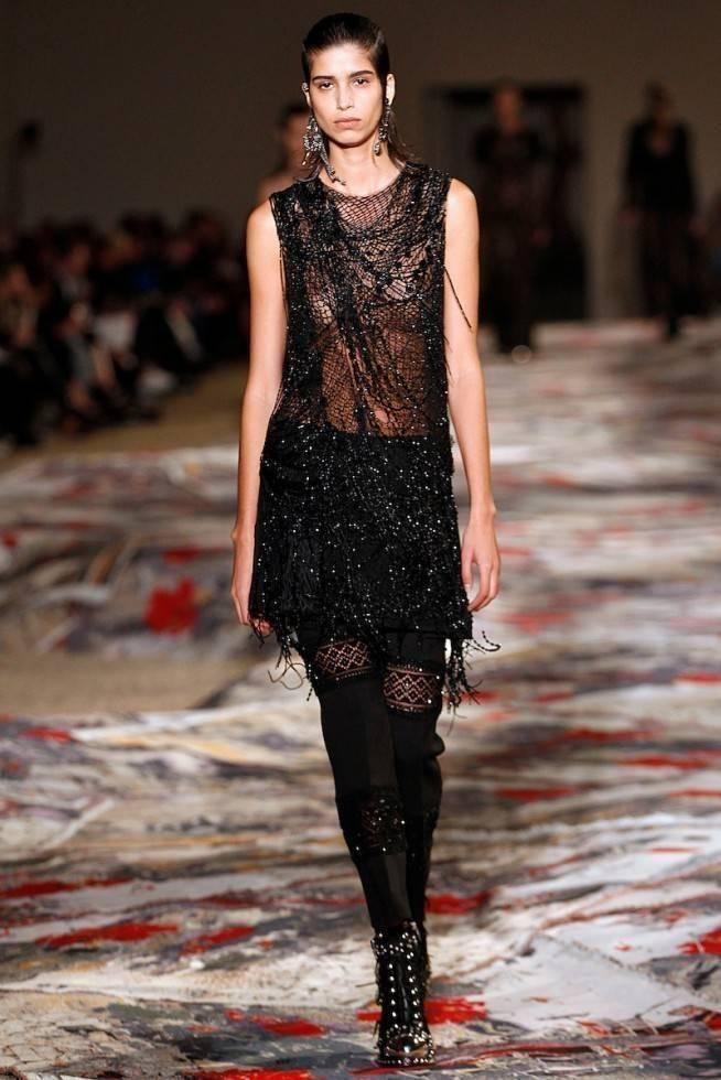 Necessaire da Diva amq-ss17-159-654x980 Moda com sensualidade na coleção de McQueen. Moda  sensualidade roupas transparentes paris moda com sensualidade moda 2016 moda Alexander McQueen