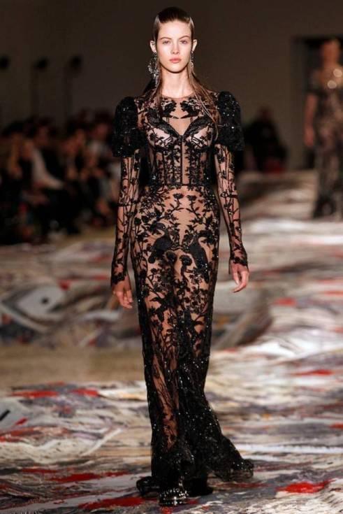 Necessaire da Diva amq-ss17-166-654x980-mcqueen-1 Moda com sensualidade na coleção de McQueen. Moda  sensualidade roupas transparentes paris moda com sensualidade moda 2016 moda Alexander McQueen
