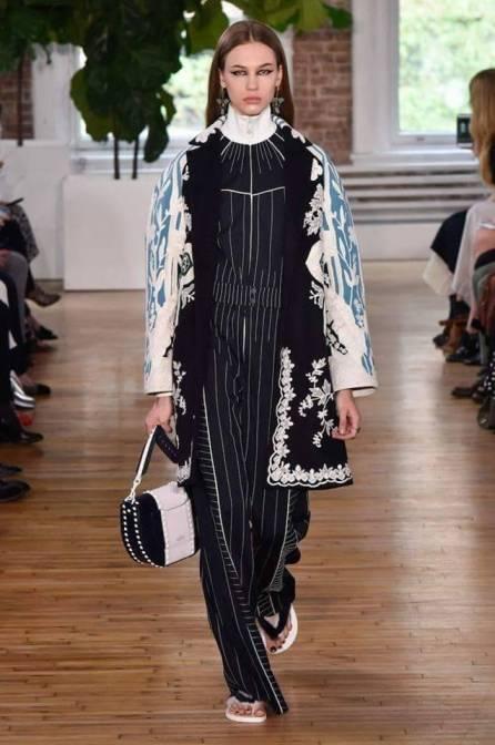 Necessaire da Diva FB_IMG_1496596395211 Desfile de Valentino no New York FW -coleção 2018. Moda  Valentino Sandalia com meia esportiva New York fashion week 2017 moda Fashion Week desfile
