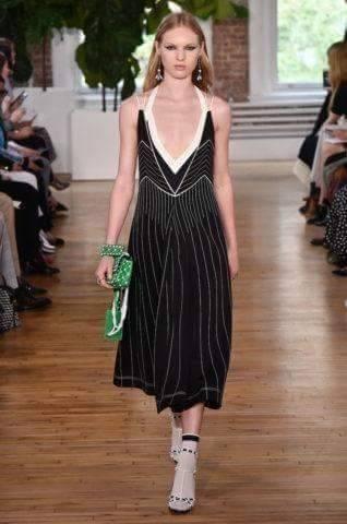 Necessaire da Diva FB_IMG_1496596398303 Desfile de Valentino no New York FW -coleção 2018. Moda  Valentino Sandalia com meia esportiva New York fashion week 2017 moda Fashion Week desfile