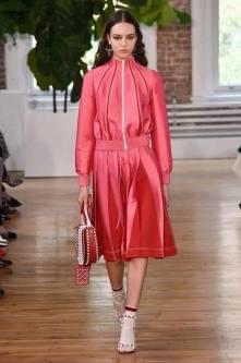 Necessaire da Diva FB_IMG_1496596508483 Desfile de Valentino no New York FW -coleção 2018. Moda  Valentino Sandalia com meia esportiva New York fashion week 2017 moda Fashion Week desfile