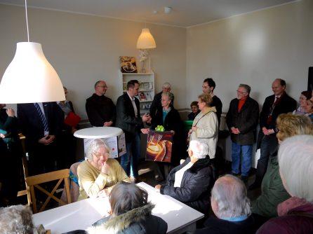 Der Bezirksbeirat Neckarstadt-Ost – vertreten durch Roswitha Henz-Best (CDU), Ursel Kravat (SPD) und Dennis Ulas (DIE LINKE) – überreicht symbolisch den gespendeten Kaffeeautomaten