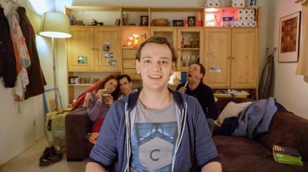 Alex vloggt aus dem familiären Wohnzimmer | Screenshot: CACM