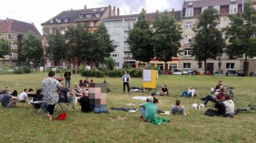 Um die 40 Interessierte versammelten sich beim Offenen Stadtteiltreffen (OST) auf dem Neumarkt | Foto: ewwe longt's