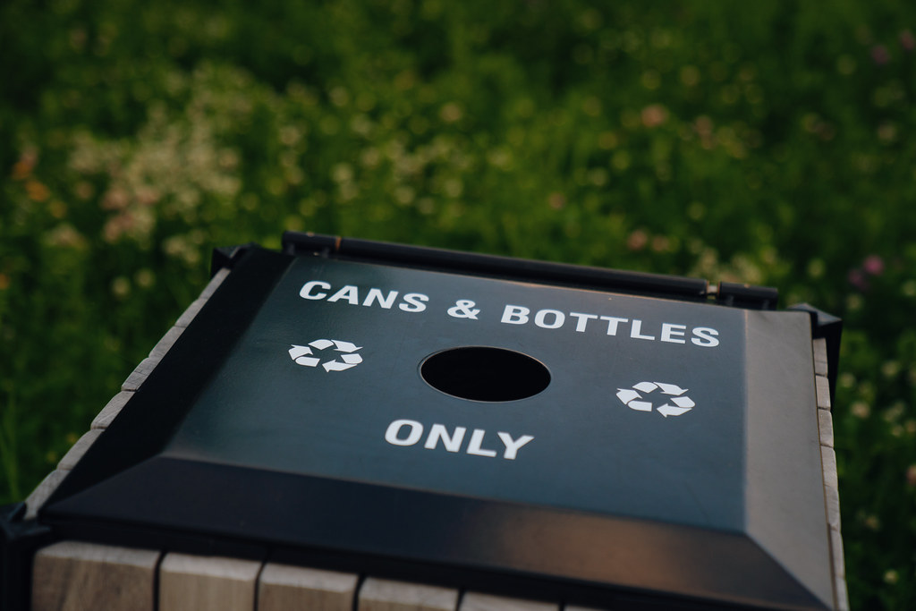 Recycling garbage can