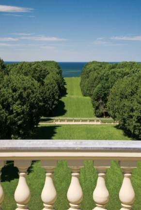 The half-mile-long Grand Allee and the Rose Garden were designed by Boston landscape architect Arthur Shurcliff.