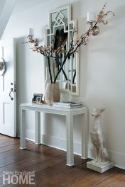 Eastman painted the entry mirror with white lacquer to highlight its design.