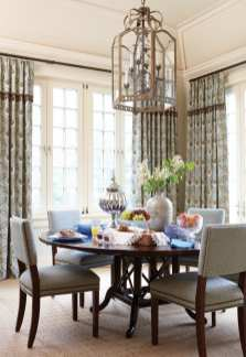 A tongue-and-groove ceiling heightens the breakfast room'€™s character.
