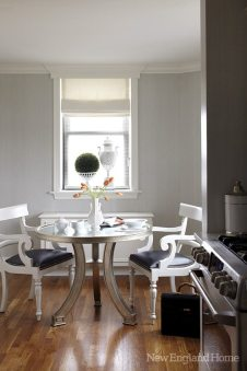 Curved table legs and reproduction Regency chairs bring a feminine touch to the kitchen.