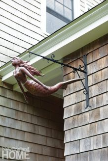 Only the attached two-‑bedroom guest cottage required an overhaul. To mark the connecting breezeway, Rylee mounted a stylish copper mermaid—a Christmas present from a pal—that has rapidly oxidized.