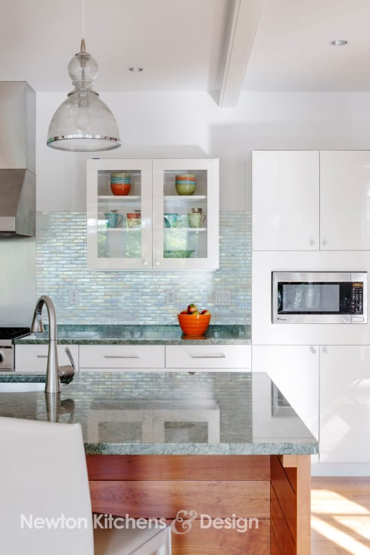 Strategically placed glass-fronted cabinets spotlight these higher priced cabinet components.