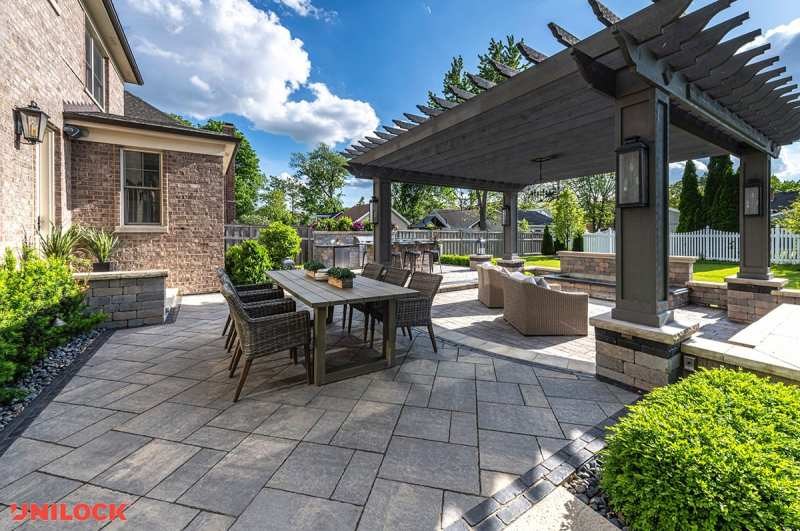 Outdoor kitchen with gray pavers