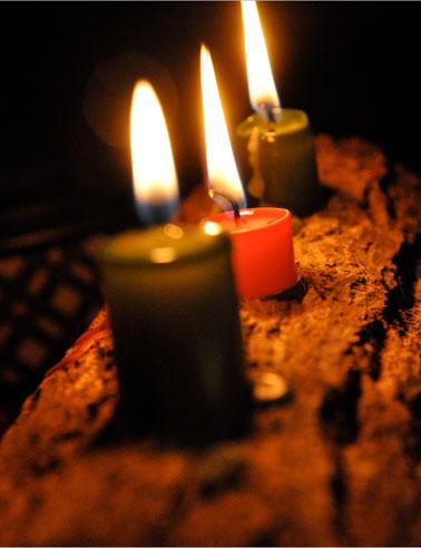 Ofrenda tradicional con el trono y las velas de Yule