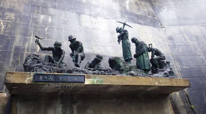 尊きみはしらに捧ぐの銅像