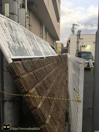 Durch eine ähnliche Mauer wurde beim letzten Beben eine Schülerin erschlagen.