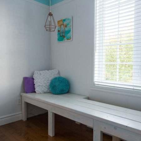 DIY Window Bench | Reading Nook | Girl's Bedroom | Tutorial | Farmhouse | Wood | Whitewash | Banc fenêtre | Chambre de fille | Coin lecture | Instructions