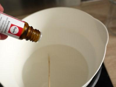 On ajoute l'huile parfumée à la vanille