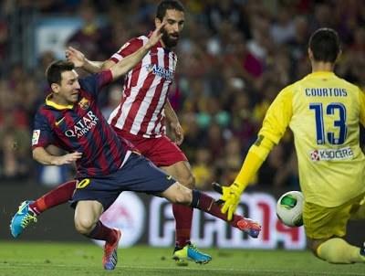 Messi pelea un balón supercopa 2013