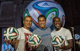 Cafu, Clarence Seedorf y Hernane en la presentación del Brazuca balon del mundial de brasil 2014
