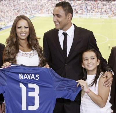 Keylor Navas ya es jugador del Real Madrid con su esposa Andrea Salas y su hija