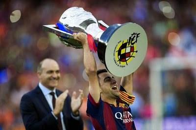 Las imágenes del adiós de Xavi Hernández en el Camp Nou levanta copa liga española