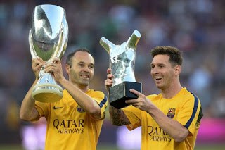 Iniesta y Messi ofrecen al Camp Nou la Supercopa y el UEFA Best Player