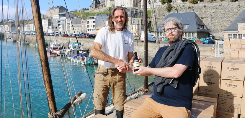 Marcus Rowden, patron du Grayhound, et Adrien Hamilton se sont lancés dans un projet fou : importer de la bière d'Irlande avec un bilan carbone proche de zéro. La marchandise sera transportée à la voile et en vélo cargo.