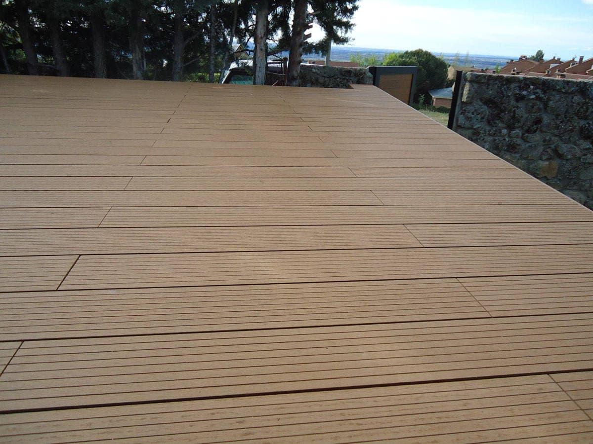 Un suelo de madera para exterior con tarima composite - Maderas de exterior ...