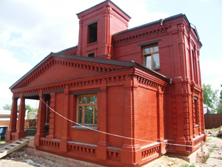 Фотография построенного дома, Двухэтажный, кирпичный дом в традиционном стиле . Художник Алиса Зражевская