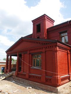 Фотография дома, Двухэтажный, кирпичный дом в традиционном стиле . Художник Алиса Зражевская