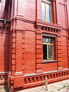 Кирпичный фасад, Двухэтажный, кирпичный дом в традиционном стиле . Художник Алиса Зражевская