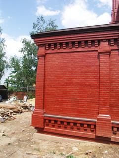Конструкция кирпичной стены, Двухэтажный, кирпичный дом в традиционном стиле . Художник Алиса Зражевская