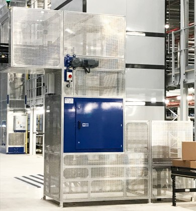 This Boxlifter lowers Totes and Boxes from overhead conveyors to Ground Floor Level in a Pick and Pack Facility
