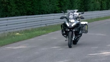 BMW presents a motorcycle that drives itself [Video]