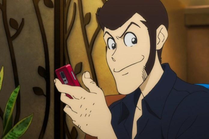 Un'insolita immagine di Lupin alle prese con uno smartphone