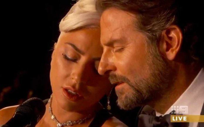 "Lady Gaga e Bradley Cooper si esibiscono sul palco degli oscar con Shallow in ""A Star Is Born"""