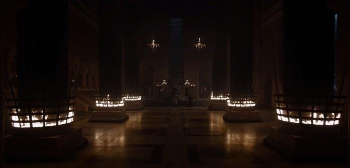 La Sala del Trono - In lontananza Cersei e due figure ai piedi del Trono di Spade