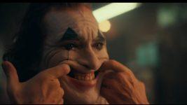 Joker: Joaquin Phoenix sorride in una nuova foto