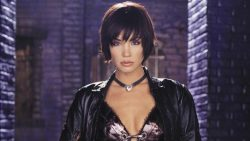 Crisi Sulle Terre Infinite: Ashley Scott tornerà nel ruolo di Cacciatrice interpretato in Birds of Prey