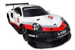 LEGO Porsche 911 RSR: in Italia il primo modello metà auto vera e metà mattoncini, ammirala al Centro di Arese in compagnia di Favij