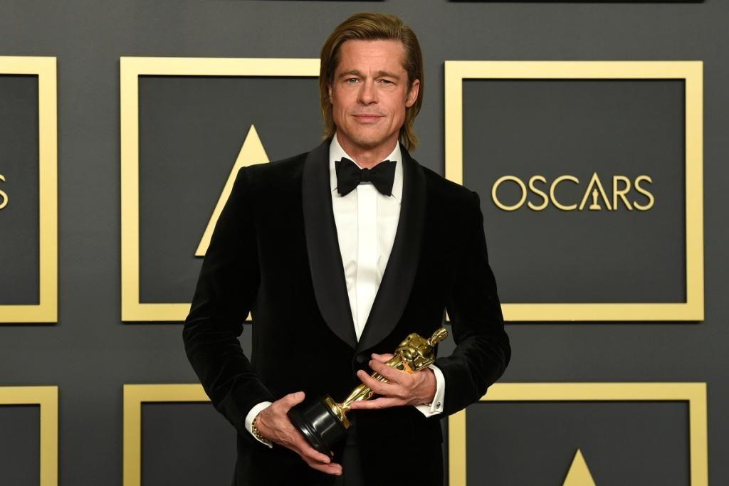 Brad Pitt, sul red carpet con la mamma, vince il secondo Oscar (e lo dedica ai figli)