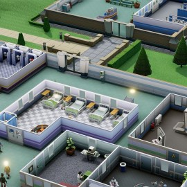Two Point Hospital – Denuvo rimosso, ma non cambia niente