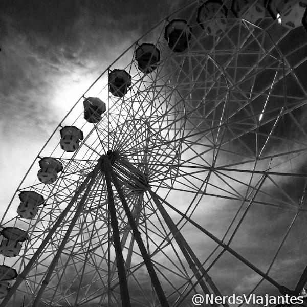Roda gigante em preto e branco no Parque Guanabara