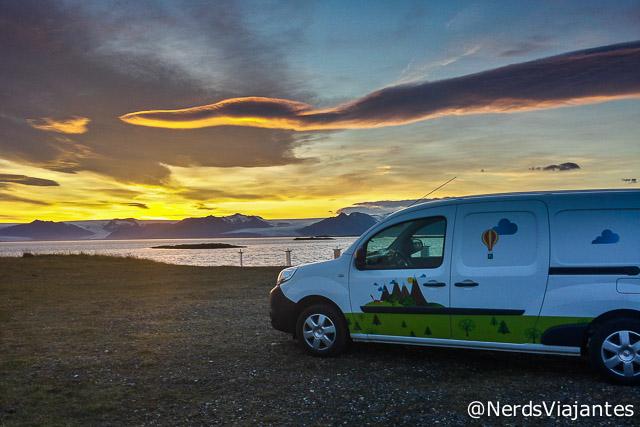 Nossa campervan curtindo um maravilhoso pôr do sol na Islândia