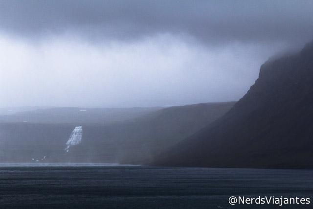 Chuva e tempo fechado nos fiordes do oeste da Islândia